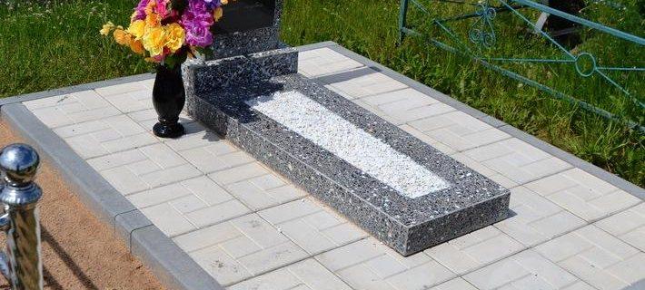pamyatnik-iz-chernogo-i-serogo-granita-s-trotuarnoy-plitkoy
