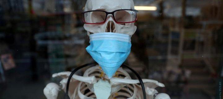 koronavirus_maski_vitrina_apteki_v_londone