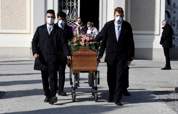 Pallbearers wearing protective masks carry the coffin of a woman who died from coronavirus disease (COVID-19) at her funeral, as Italy struggles to contain the spread of coronavirus disease (COVID-19), in Seriate, Italy March 28, 2020. REUTERS/Flavio Lo Scalzo