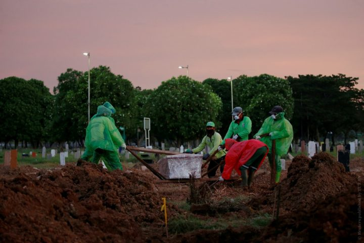Municipality workers bury a victim of a coronavirus disease (COVID-19) in Jakarta, Indonesia, March 31, 2020. REUTERS/Willy Kurniawan     TPX IMAGES OF THE DAY