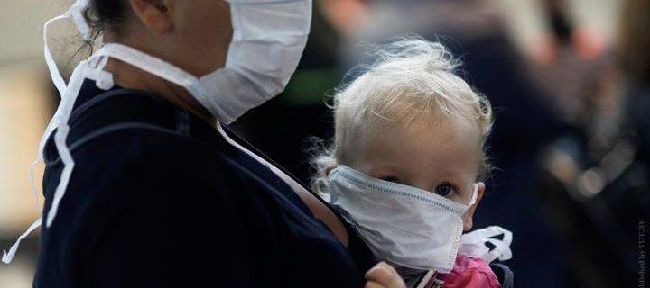 zhenshchina_i_rebenok_zashchitnaya_maska_koronavirus_pandemiya